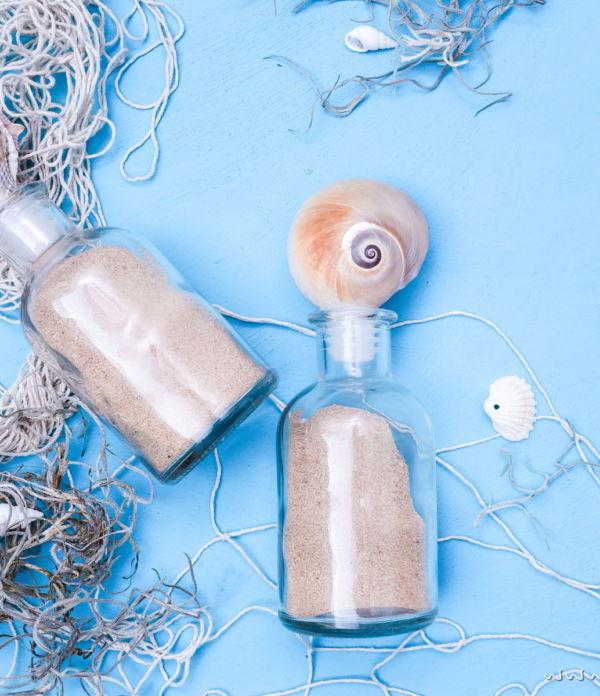 DIY Sommerdeko: Glas-Flaschen mit Muscheln aufpeppen