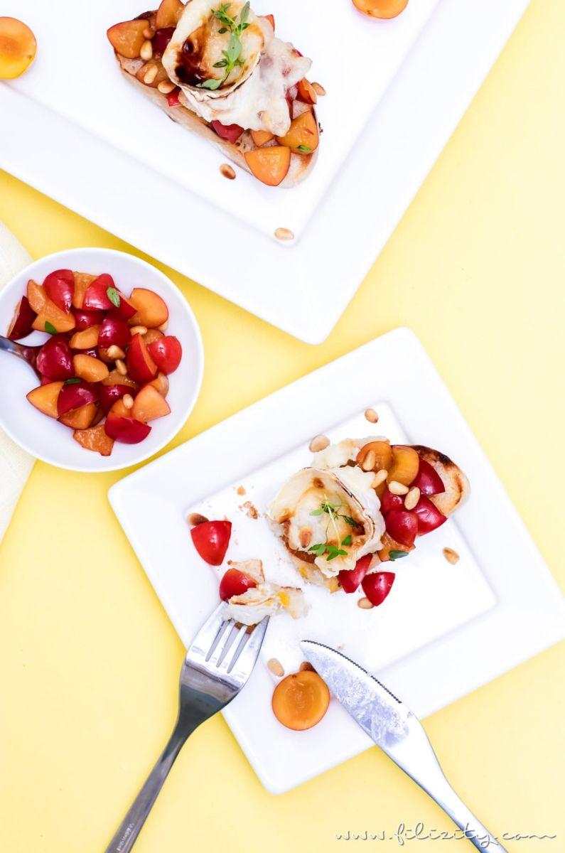 Rezept für Mirabellen- oder Kirschpflaumen-Bruschetta mit gratiniertem Ziegenkäse, Thymian und Pinienkernen | Filizity.com | Food-Blog aus dem Rheinland #sommer #herbst #brot
