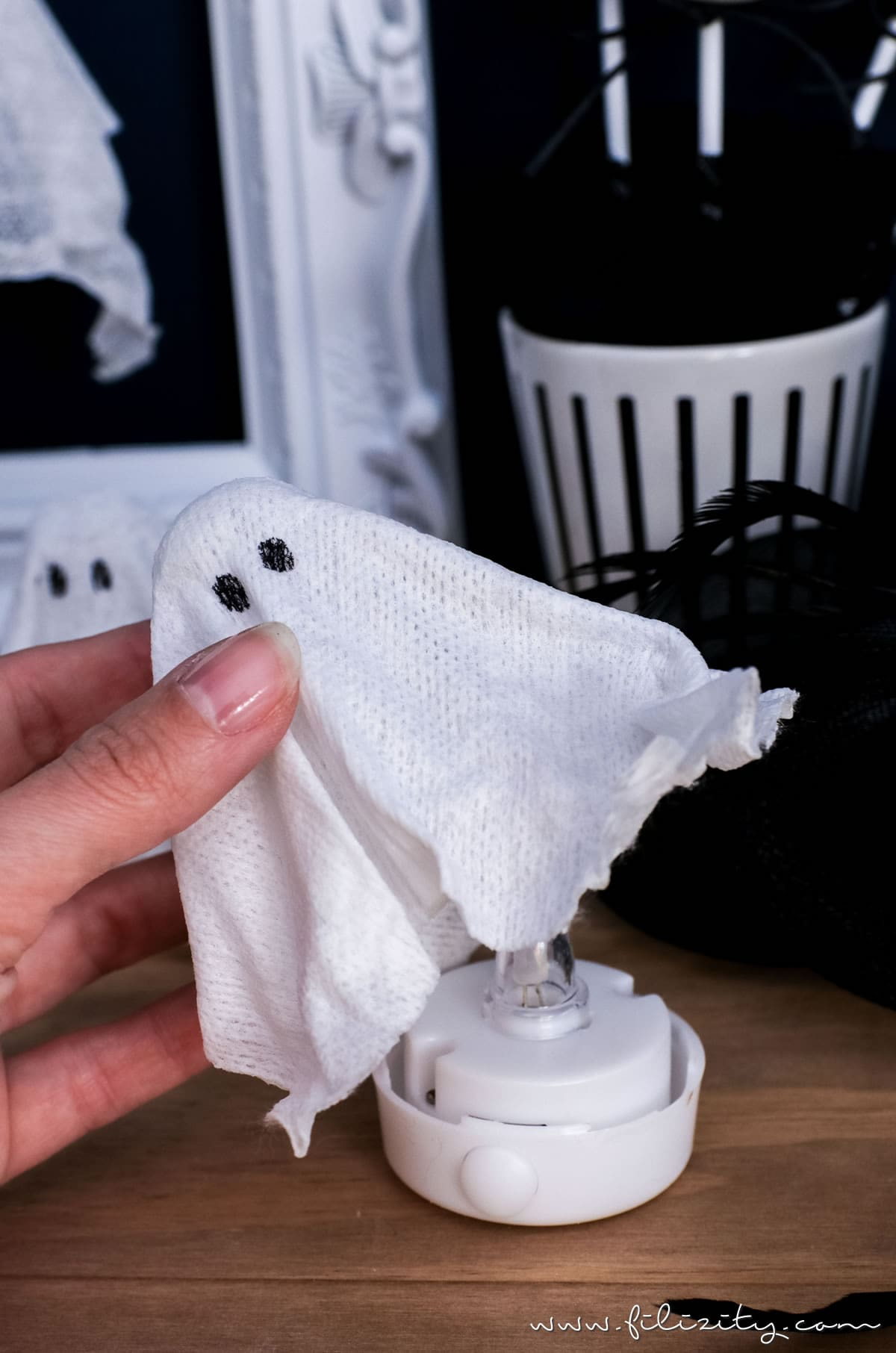 DIY Halloweendeko selber machen: Geister-Lampen und Geister-Anhänger ganz einfach ohne Sauerei basteln   Filizity.com   Food-Blog aus dem Rheinland #halloween #booh #geister