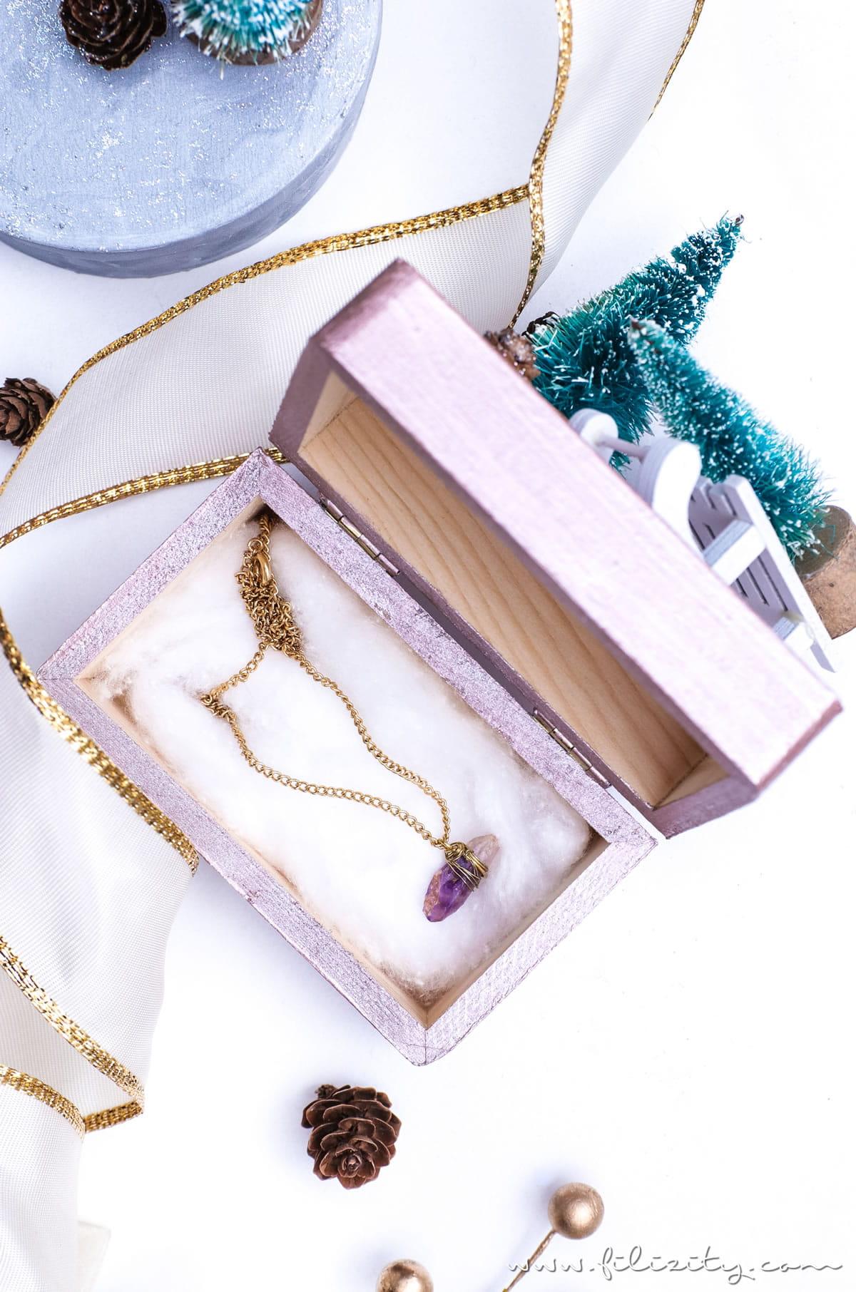 """Weihnachtsgeschenke verpacken: DIY Geschenkboxen """"Winterwald"""" aus alten Holzschachteln   Geschenkverpackung und Deko-Idee mit Tannenbaum, Schlitten & Co.   Filizity.com   DIY-Blog aus dem Rheinland #weihnachten #geschenkidee #weihnachtsgeschenke #ohtannenbaum"""