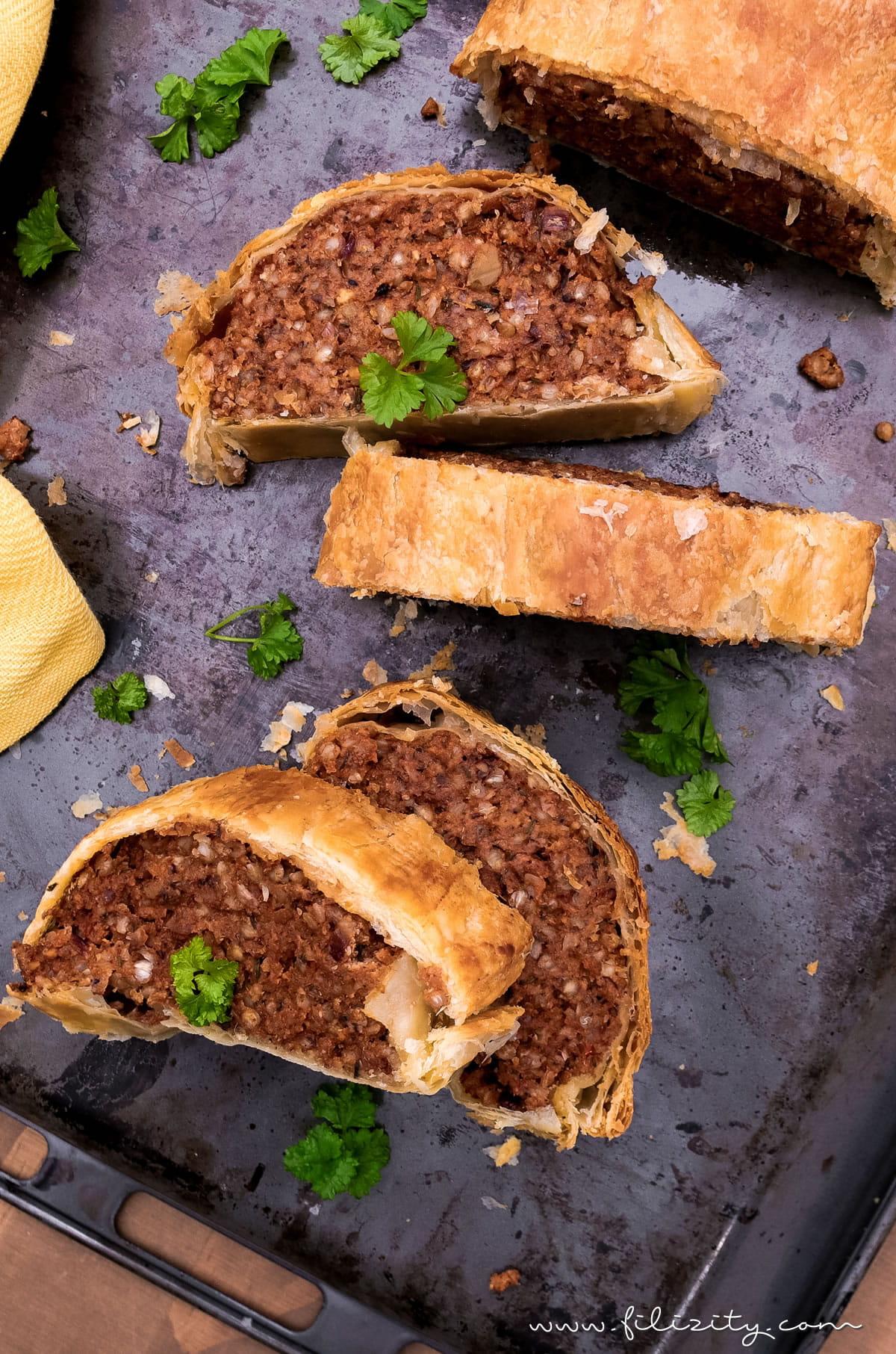 Saftiger veganer Hackbraten im Blätterteig-Mantel - Rezept ohne Fleisch-Ersatzprodukte | Filizity.com | Food-Blog aus dem Rheinland #vegan #veggie #weihnachten #ostern