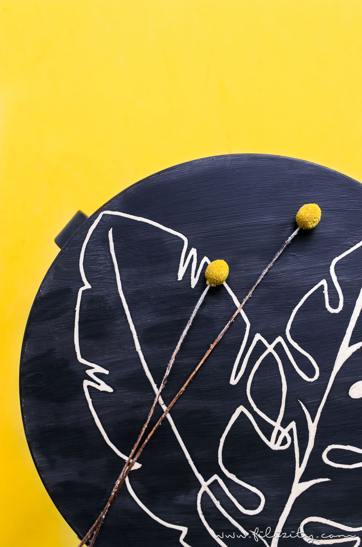 Schnelle Upcycling Idee mit Kreidefarbe: IKEAHACK Frosta Hocker im Urban Jungle Style   Filizity.com - DIY-Blog aus dem Rheinland #diysummer #rustoleum #urbanjungle #frosta #ikeahack