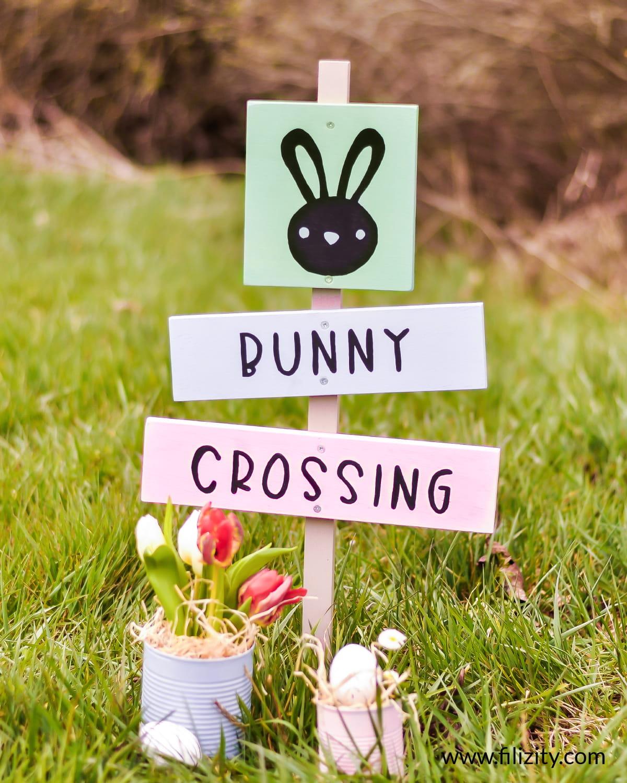 "Osterdeko selber machen: DIY Gartenschild ""Bunny Crossing"" | Filizity. Kreativmagazin & DIY Blog"
