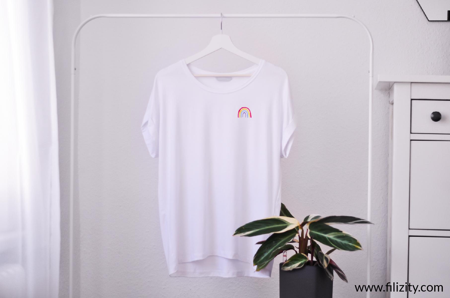 T-Shirt bemalen - minimalistischer Regenbogen | schnelle DIY Idee von Filizity.com - Kreativmagazin & DIY Blog #corona #regenbogen #wirbleibenzuhause #upcycling