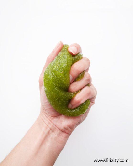 Schleim selber machen - Ungiftiges Schleim-Rezept ohne Kleber | Filizity. Kreativmagazin & DIY-Blog #schleim #slime #flohsamenschalen
